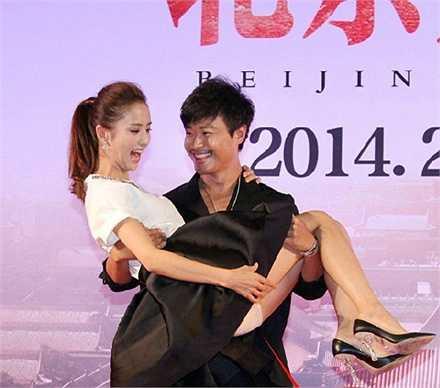 Trong một sự kiện họp báo ra mắt phim năm 2014 vừa qua, Đồng Lệ Á cũng một phen xấu hổ vì bị đồng nghiệp bế thốc, lộ luôn chiếc quần ngắn mặc bên trong váy.
