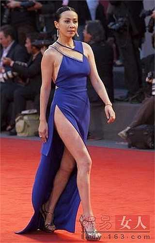 Tại Liên hoan phim Venice lần thứ 67, nữ diễn viên gạo cội Lưu Gia Linh xuất hiện với chiếc váy xẻ không thể cao hơn. Mỗi bước đi của cô đều khiến mọi người giật mình 'thon thót'.