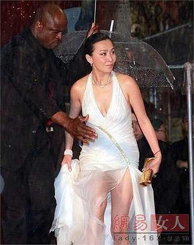 Trong một sự kiện trao giải điện ảnh khác diễn ra ở Hong Kong, người đẹp họ Lưu cũng gây choáng với chiếc váy xuyên thấu lấp ló nội y bên trong.