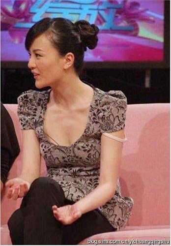 Màn ra mắt trong một chương trình truyền hình của Lưu Tư không làm hài lòng các fan. Chiếc áo của cô không đẹp mắt và Lưu Tư còn bị tuột quai áo trong khi lên hình.