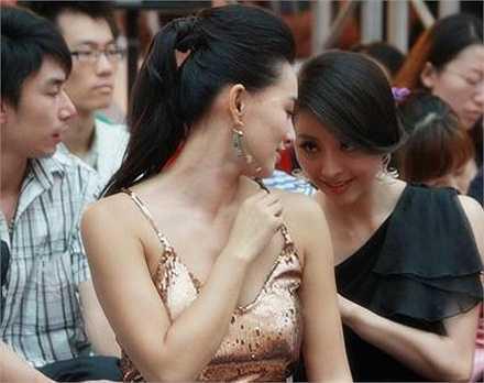 Hoa hậu người Hoa tại Australia Mạc Tiểu Kỳ phải nhờ đồng nghiệp chỉnh trang lại váy áo ngay tại sự kiện. Nguồn: Dân Việt