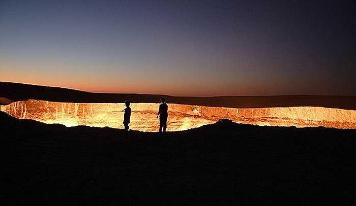 Năm 1971, các kỹ sư khi khoan xuống lòng đất của sa mạc này để tìm hiểu địa chất bỗng nhiên xuất hiện 1 hố lớn