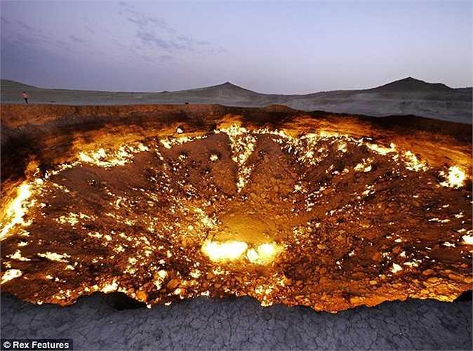 Người dân sống gần đó gọi miệng hố này là 'cánh cửa tới địa ngục'. Miệng hố này cách Thủ đô Ashgabat khoảng 260km
