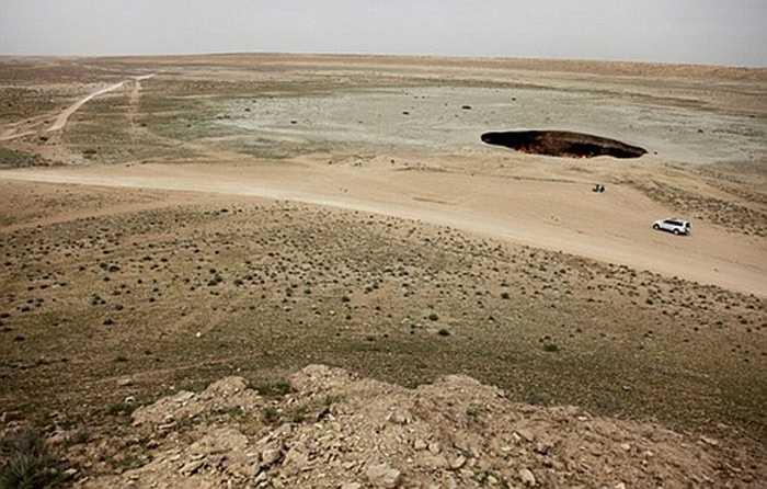 Đường kính miệng hố rộng 70m, nằm trơ trọi giữa sa mạc mênh mông