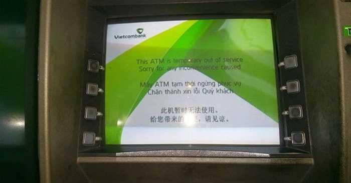 các cây ATM của Vietcombank tại các tuyến phố như Bà Triệu, Đông Tác, Láng Hạ, Phương Mai, ... hoàn toàn trong tình trạng 'tê liệt', thậm chí chưa kịp đưa thẻ vào máy, màn hình ATM đã hiển thị tạm ngưng hoạt động.