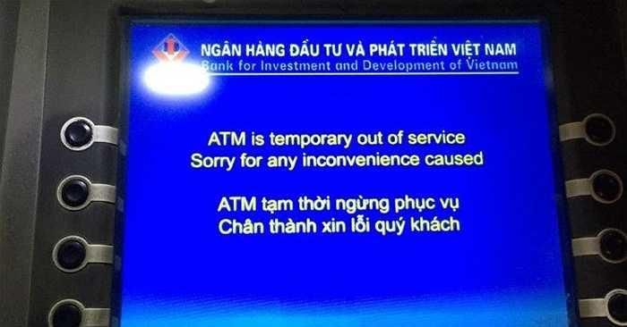 Anh Nguyễn Đức Minh (Cầu Giấy, Hà Nội) cho biết anh đã đi suốt các ATM của Vietcombank trên đường Kim Mã, Giảng Võ, Trần Phú mà không thể nào rút được tiền. Anh Minh đoán có thể những máy ATM ở khu vực trên đang hết tiền trên cục bộ hoặc lỗi hệ thống.