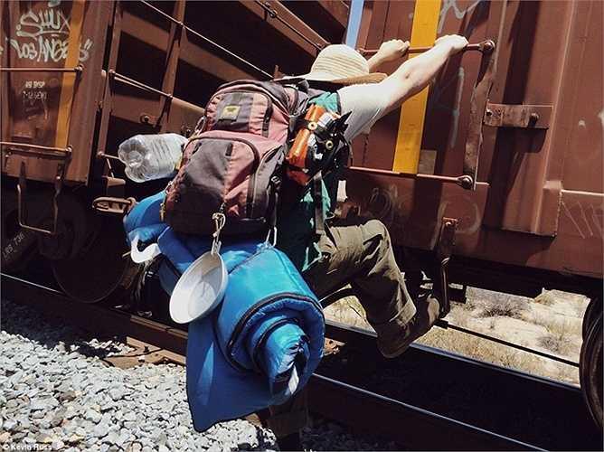 Những thanh niên đu bám trên tàu hỏa để di chuyển miễn phí qua các vùng đất