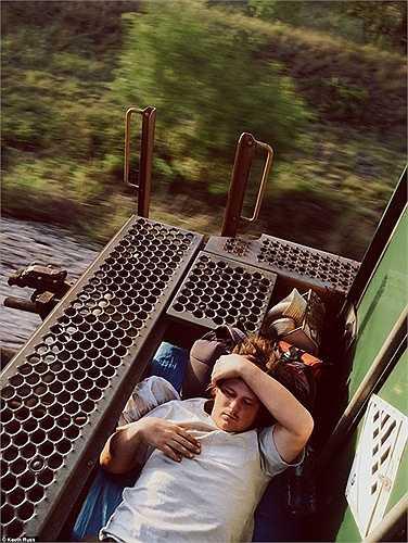 Nằm ngủ trên phần nối của các toa xe lửa