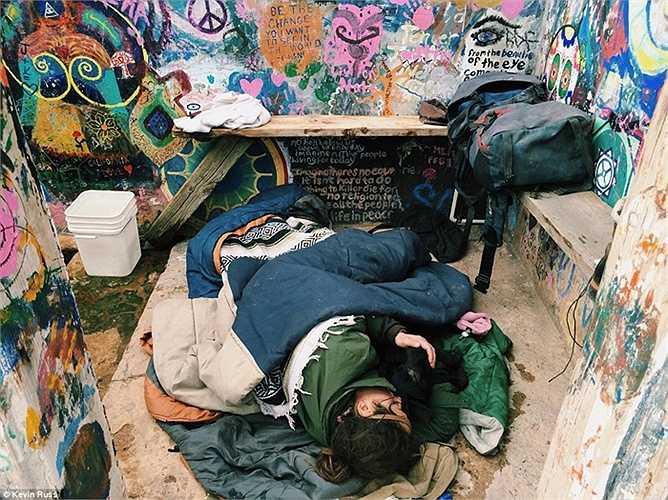 Đôi khi họ ngủ lại ở những chỗ tạm bợ, bừa bãi
