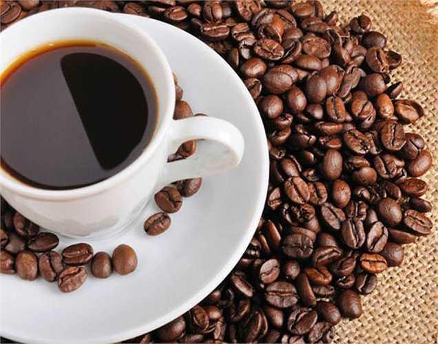 Caffeine: Cả trà và cà phê có đều có chứa caffeine; nhưng caffein ở cà phê thì nhiều hơn so với trà. Caffein gây kích thích hệ thần kinh khiến nhịp tim nhanh và kết quả là tăng huyết áp.