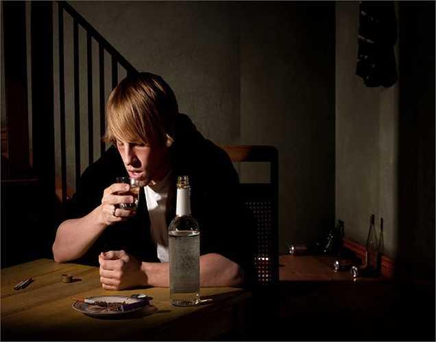 Rượu: Một vài ngụm rượu sẽ giúp người ta cảm thấy thư giãn nhưng, thực ra uống rượu lại làm trầm trọng thêm căng thẳng, vì rượu vào làm xuất hiện hormone tương tự như của stress.