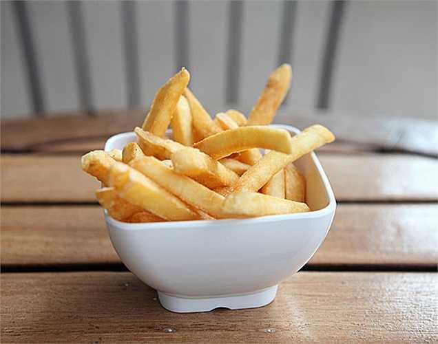 Khoai Tây Chiên: Một trong những loại thực phẩm phổ biến gây ra stress là khoai tây chiên kiểu Pháp, vì thực phẩm này có nhiều muối làm tăng nguy cơ cao huyết áp.