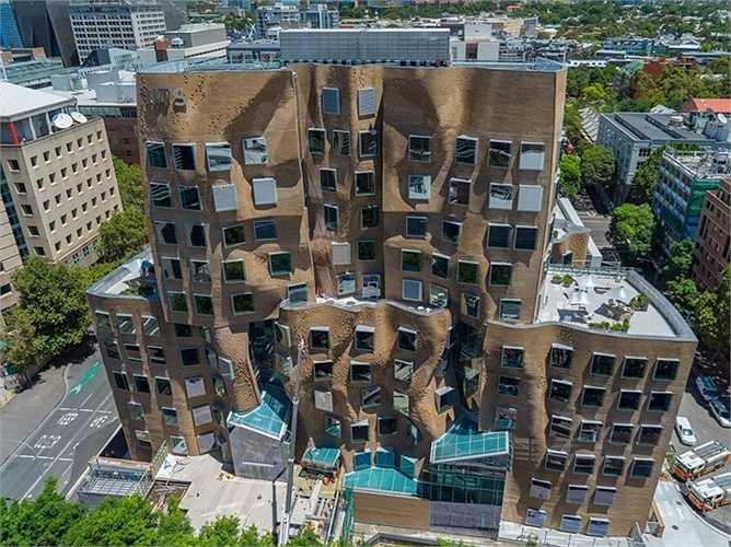 Frank Gehry từng có nhiều thiết kế đầy tính nghệ thuật và lạ mắt. Một trong số đó là tòa nhà Chau Chak Wink nằm trong khuôn viên Đại học Công nghệ Sydney. Tòa nhà giống như 'những chiếc túi nhàu nát'
