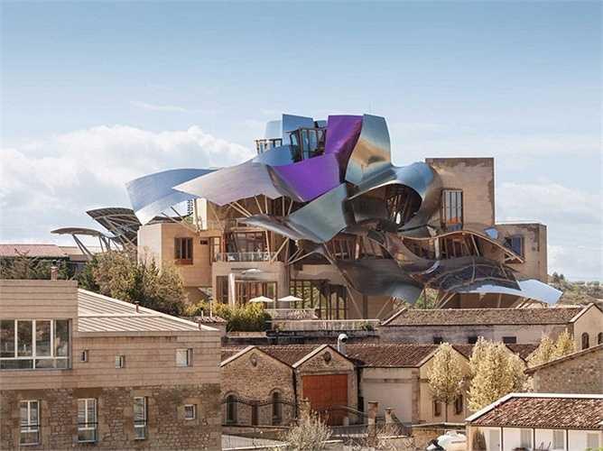 Năm 2006, Frank Gehry hoàn thành khách sạn Marqués de Riscal Winery ở Tây Ban Nha