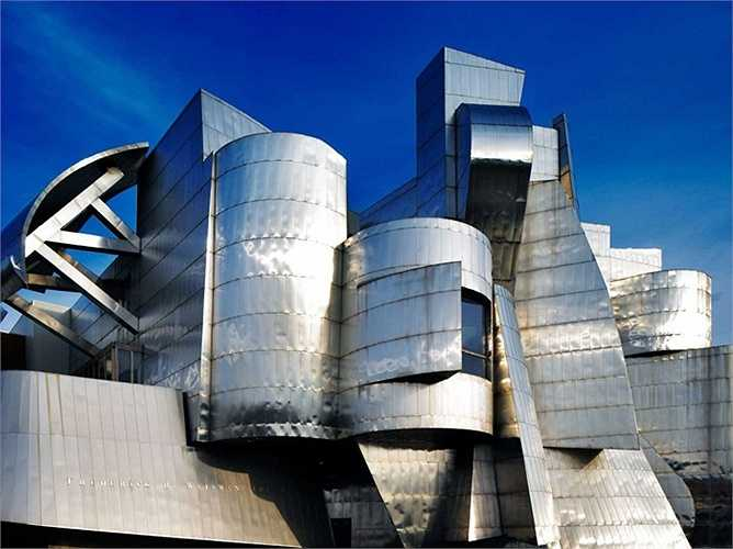 Bảo tàng Weisman Art trong khuôn viên Đại học Minnesota cũng được ông trang bị chất liệu thép không gỉ
