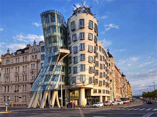 Tòa nhà khiêu vũ là biệt danh được đưa ra để chỉ tòa nhà Nationale-Nederlanden trong trung tâm thành phố Praha, Cộng hòa Séc