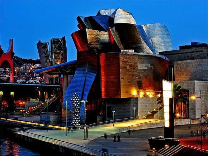 Bảo tàng Guggenheim ở Bilbao, Tây Ban Nha được ông xây dựng vào năm 1997