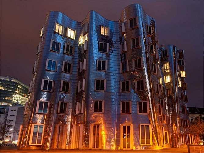 Hay tòa nhà Neuer Zollhof ở Dusseldorf, Đức. Căn nhà này gồm 3 phần riêng biệt với mặt tiền được trang bị chất liệu thép không gỉ