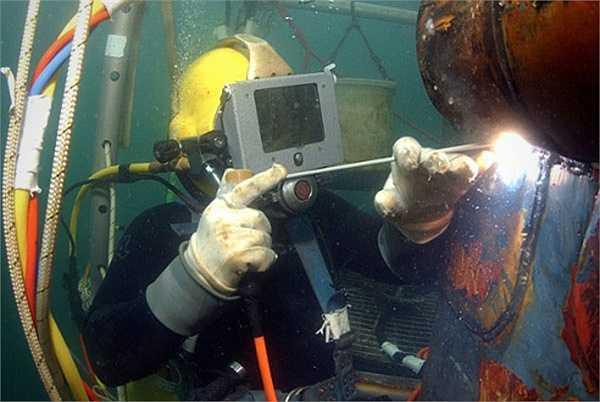Thợ hàn dưới nước: Họ phải đối mặt với hàng loạt nguy hiểm trong công việc mỗi ngày bao gồm cả nguy cơ sốc, nổ, bệnh tật. Trong số 200 thợ hàn có khoảng 30 người chết mỗi năm.