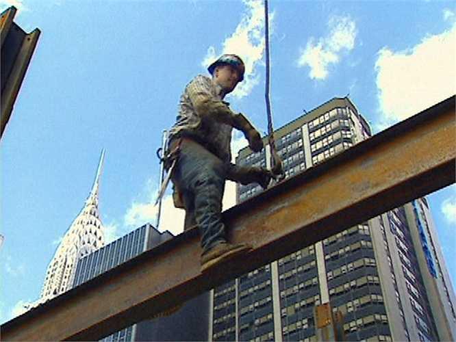 Công nhân xây dựng thường xuyên làm việc dưới những rầm thép khổng lồ, thậm chí lơ lửng trên không. Tai nạn gây thương vong nhiều nhất ở công trường xây dựng là rơi từ trên cao. Ngoài ra, cháy nổ, giật điện, tiếng ồn, độ cao, khói bụi, amiang... cũng là những nguồn nguy hiểm cho các công nhân xây dựng.