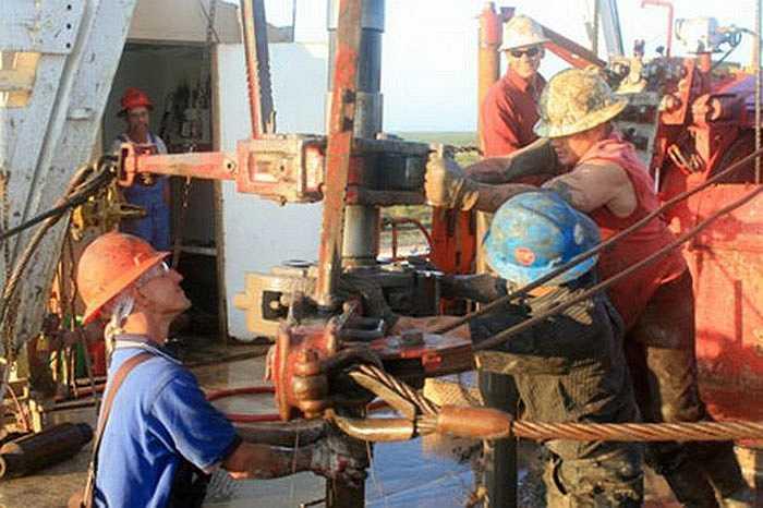 Kỹ sư khoan dầu thường làm theo ca 16 tiếng mỗi ngày và ngủ rất ít. Nguy hiểm thường gặp do cháy và nổ giàn khoan với tỉ lệ tử vong hằng năm là 27.1 người trên 100,000 kỹ sư.