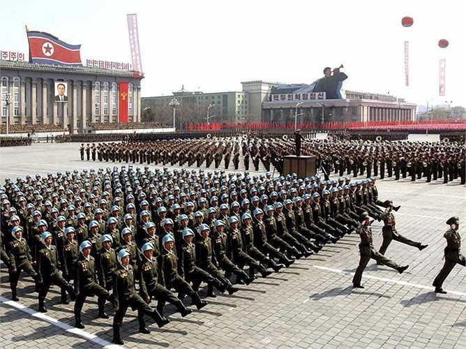 Số quân đội lớn nhất của Triều Tiên tập trung ở lực lượng bộ binh với khoảng hơn 1 triệu binh lính, bên cạnh đó là hàng triệu dân quân được huấn luyện sẵn sàng phục vụ chiến tranh