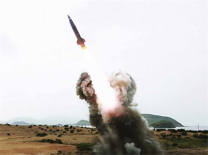 Triều Tiên có trong tay các chương trình hạt nhân và tên lửa tầm xa. Và bên cạnh đó là tầm gần Hwasong có khả năng bắn tới Nhật Bản