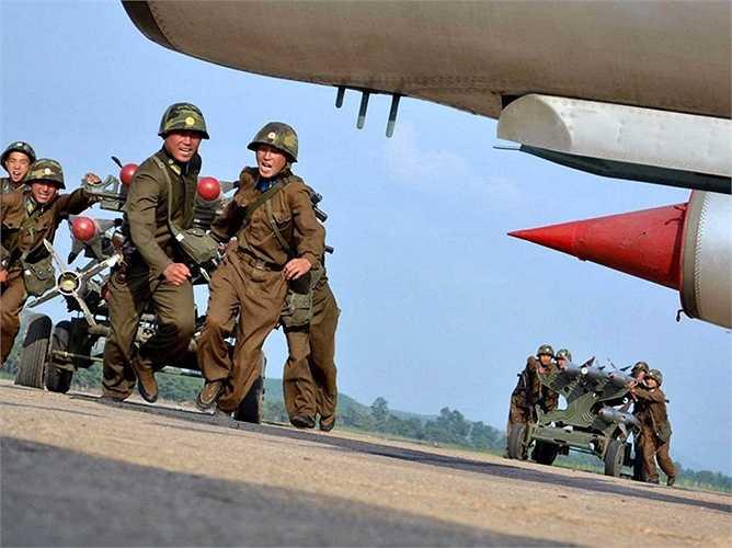 So với Hàn Quốc, số lượng không quân của Triều Tiên ít hơn rất nhiều. Sức mạnh của họ nằm ở các lực lượng khác