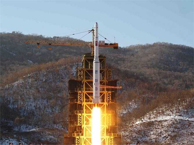 Cận cảnh quá trình phóng tên lửa Unha mang theo vệ tinh của Triều Tiên vào quỹ đạo. Bệ phóng này cũng chính là nơi mà tên lửa đạn đạo Taepodong-2 của nước này được phóng đi vào tháng 12/2012