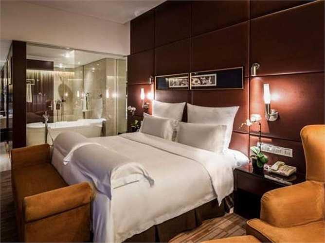 Khách sạn có 460 phòng, cách ga đi quốc tế chỉ 1 phút đi bộ. Trong các phòng đầy đủ tiện nghi