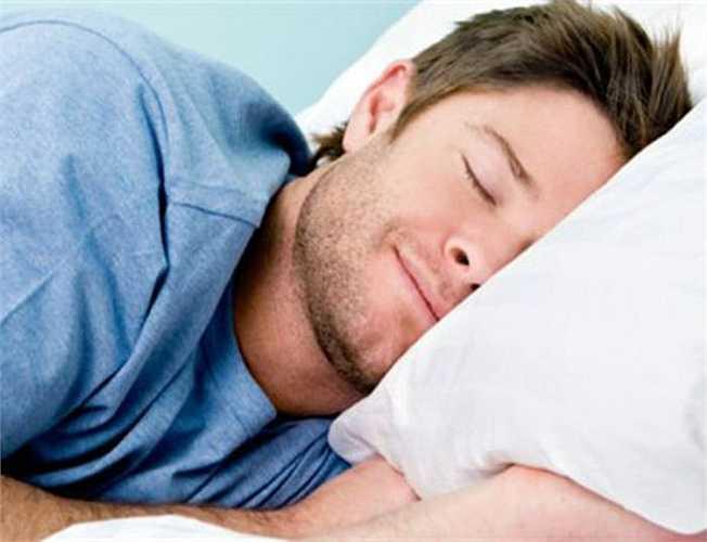 Ăn no rồi đi ngủ liền: Một sự thật có thể bạn không biết là khi ngủ cơ thể sẽ đốt cháy một số axit béo tự nhiên. Nhưng hoạt động này sẽ bị cản trở khi bạn đi ngủ với cái dạ dày no nê. Ngoài việc gây ra mỡ bụng, tình trạng ăn no khi đi ngủ còn khiến cơ thể dễ bị hiện tượng trào ngược axit, khó tiêu.