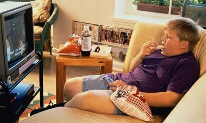 Vừa ăn vừa xem ti vi: Đây là một thói quen xấu ảnh hưởng tới cân nặng của bạn bởi bạn khó mà kiểm soát được mình đang ăn gì và đã ăn bao nhiêu nếu vừa ăn vừa chăm chú vào các chương trình truyền hình hoặc ngồi trước màn hình máy tính.