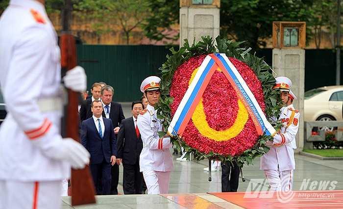 Đoàn đại biểu Nga do Thủ tướng Medvedev dẫn đầu đặt vòng hoa tại Đài tưởng niệm Liệt sỹ sáng 4/6 (Ảnh: Việt Linh)