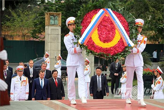 Vòng hoa của đoàn đại biểu Nga (Ảnh: Việt Linh)