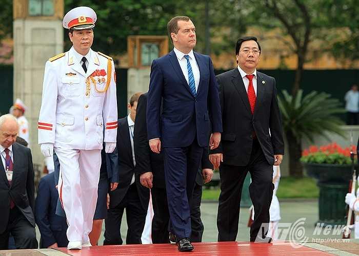 Thủ tướng Nga Medvedev đặt vọng hoa ở Đài tưởng niệm liệt sỹ (Ảnh: Việt Linh)