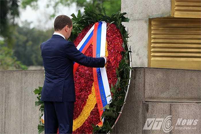 Thủ tướng Medvedev chỉnh vòng hoa tại Đài tưởng niệm liệt sỹ (Ảnh: Việt Linh)