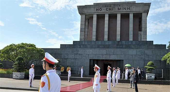 Chuyến viếng thăm Lăng Chủ tịch Hồ Chí Minh là điểm quan trọng nhất định không thể thiếu trong chương trình chuyến thăm của các đoàn đại biểu nước ngoài tại Hà Nội (Ảnh: Sputnik)