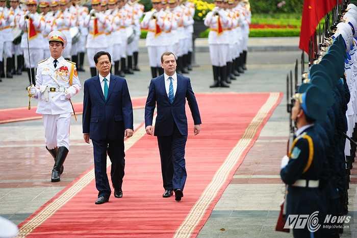Thủ tướng Nga Medvedev và Thủ tướng Nguyễn Tấn Dũng duyệt đội danh dự