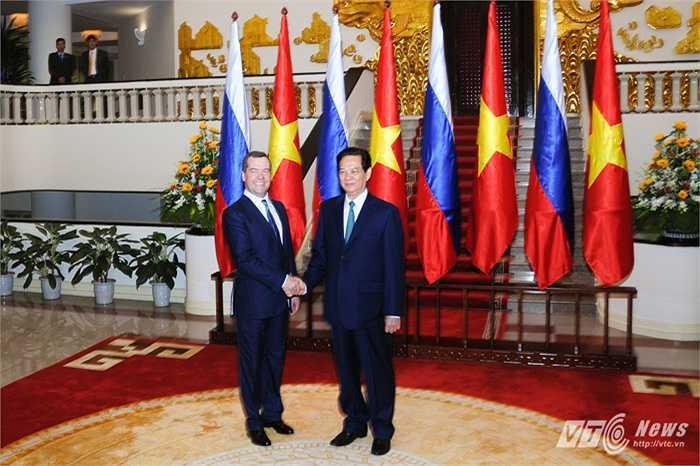 Thủ tướng Nguyễn Tấn Dũng bắt tay Thủ tướng Medvedev tại Văn phòng Chính phủ