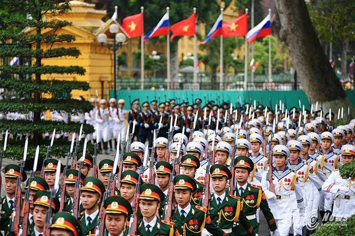 Đội danh dự chuẩn bị cho lễ đón