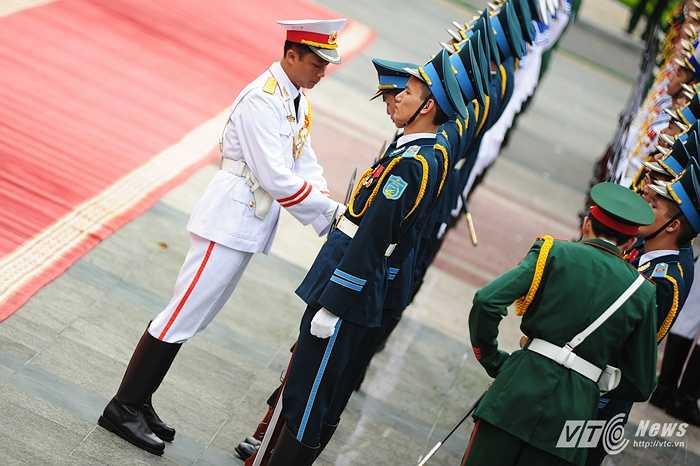Chỉnh đốn trang phục trước lễ đón Thủ tướng Nga Medvedev (Tùng Đinh/Thực hiện)