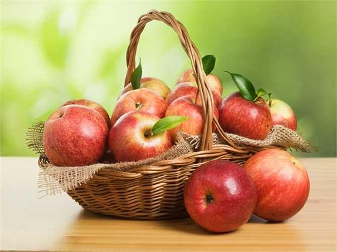 Táo: Giàu vitamin C cùng các hợp chất chống ôxy hóa khác giúp giảm nguy cơ mắc bệnh ung thư tuyến tiền liệt, ung thư phổi và ruột bằng cách ngăn chặn sự hư tổn ở các DNA. Hàm lượng chất xơ trong táo có lợi cho việc giảm cân và kiểm soát mức cholesterol. Nếu ăn hai quả táo lớn mỗi ngày, mức cholesterol có thể giảm tới 16%.