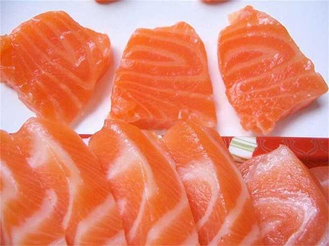 Cá: Rất tốt cho tim vì chứa nhiều omega-3, làm giảm triệu chứng cao huyết áp, giảm xơ vữa động mạch và ngăn chặn hình thành cục máu đông. Dầu cá có tác dụng chống viêm nhờ tác động trực tiếp trên hệ miễn dịch, chống lại ung thư vú và ung thư đại tràng, cũng như làm giảm di căn của tế bào ung thư.