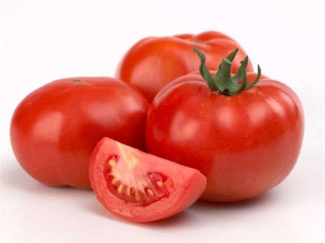 Cà chua: Vitamin A, C và lycophene của cà chua giúp ngăn ngừa ung thư tuyến tiền liệt, phổi và dạ dày. Cà chua còn có tác dụng làm giảm huyết áp, ngăn ngừa sự xơ cứng ở các động mạch - một trong những nhân tố nguy hiểm của bệnh động mạch vành ở tim và đột quỵ.