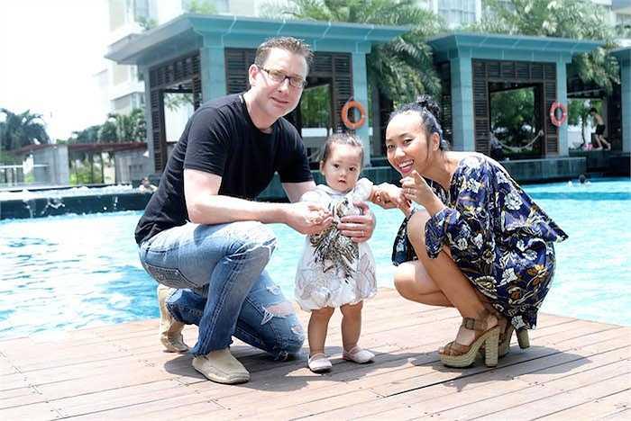Chồng Đoan Trang vẫn thường xuyên đi đi, về về giữa Việt Nam và Thái Lan vì công việc.