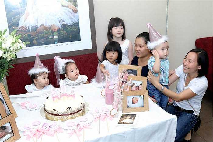 Đặc biệt, những món đồ trang trí hay vật phẩm kỷ niệm trong buổi tiệc được fan của Đoan Trang gửi từ Hà Nội vào.