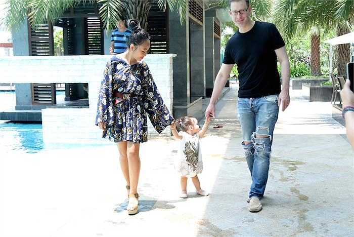 Tại buổi tiệc thân mật này, vợ chồng Đoan Trang hạnh phúc khoe con gái cưng vừa tròn một tuổi đã biết đi chập chững vài bước.