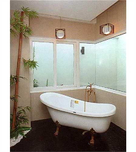 Phòng tắm thoáng đãng trong căn biệt thự trắng.