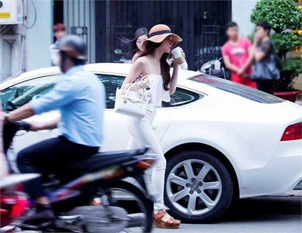 Hồ Ngọc Hà bên chiếc xe hơi hạng sang màu trắng yêu thích.
