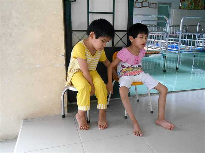 Trung tâm có khoảng 110 cháu từ 0-16 tuổi được chăm sóc tại đây. Đa phần đều mồ côi, chậm phát triển, nhiễm HIV, thần kinh…